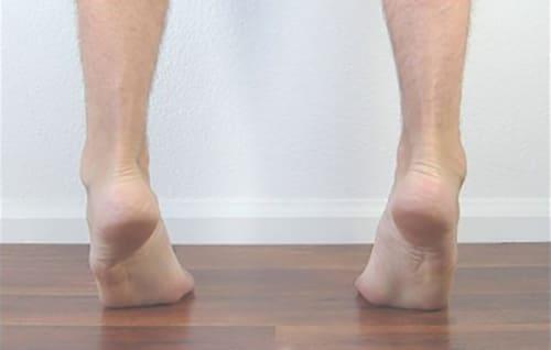 تمرین بلند کردن ساق پا برای اصلاح کف پای صاف