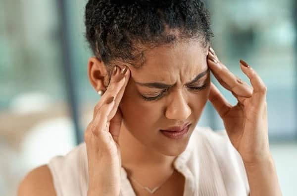 علائم میگرن (سردرد، خشکی گردن، خمیازه، حساسیت به نور و صدا و ...)
