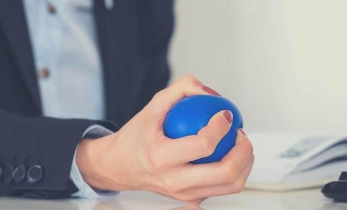 فشار دادن توپ با دست به انگشت ماشهای